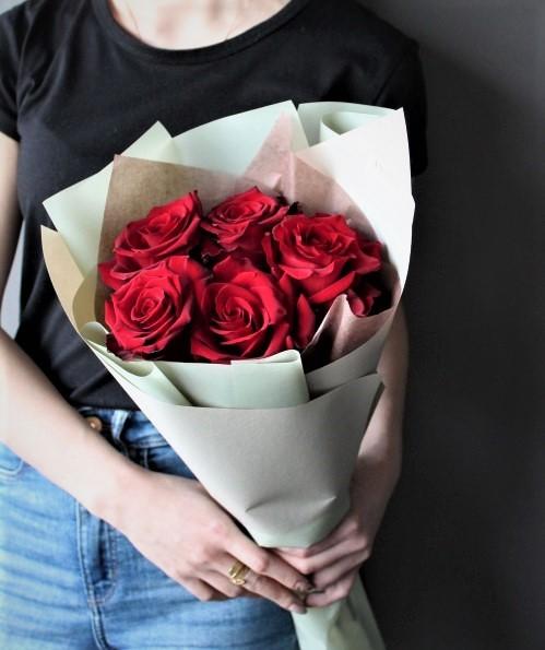 Букет из 5 Красных роз стильный