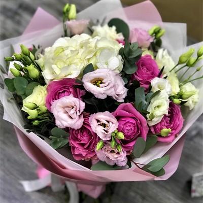 Букет с гортензией и розами