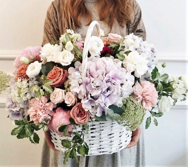 Корзина цветов с гортензией