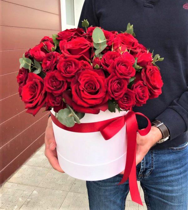 Красные розы цветы в коробке