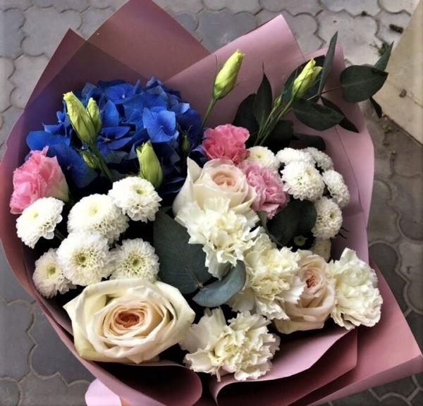 Роза с диантусом и гортензией
