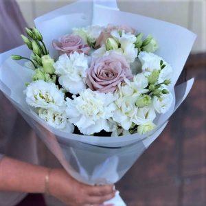 Светлый с упаковкой цветы