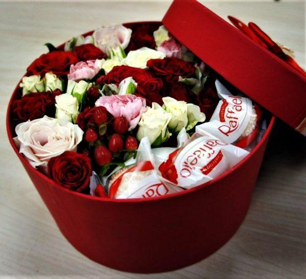 Цветы в коробке с рафаэлло