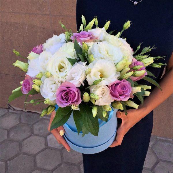 Цветы в коробке с эустомой