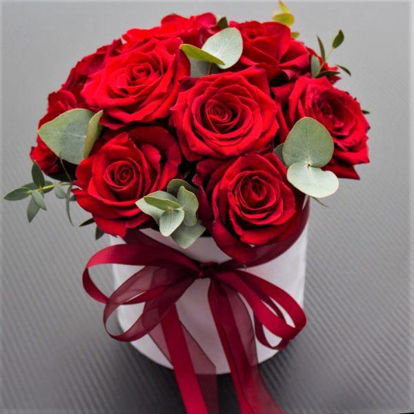 11 роз красных в коробочке