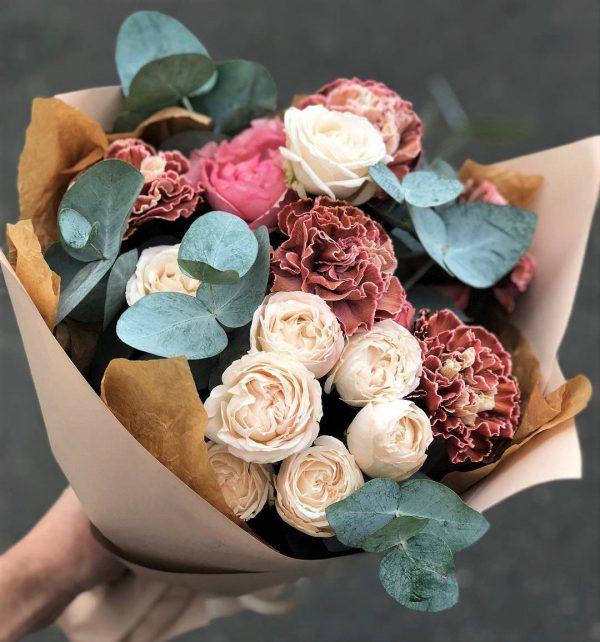 Пионовидные розы букетом микс