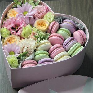 Сердце с цветами и макарунами